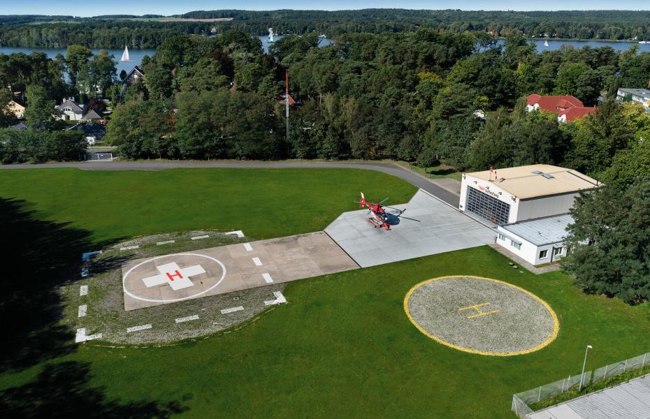 Menschen.Leben.Retten. Diese Mission begleitet auch die die tägliche Arbeit der Luftretter in Bad Saarow. Vor 30 Jahren wurde die Station am Scharmützelsee gegründet, vor 20 Jahren übernahm die DRF Luftrettung den Betrieb.