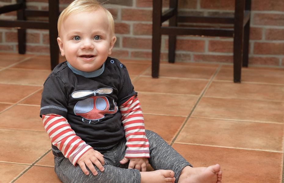 Heute ist der kleine Joost wohlauf, und nichts erinnert mehr seinen dramatischen Start ins Leben. Doch lange Zeit mussten seine Eltern um ihn bangen. Das Motiv auf Joosts Pullover gibt einen Hinweis auf seine Rettung.