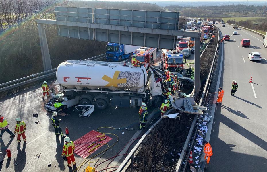 Schwerer Unfall auf der A81: Ein Lkw fährt auf einen vorausfahrenden Lkw, gerät aus der Spur und prallt auf eine Schilderbrücke.
