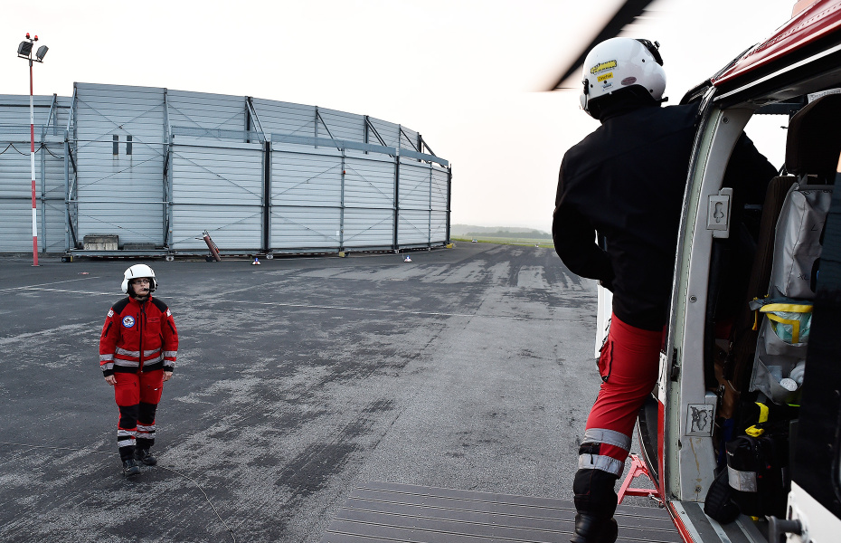 Die Luftretter starten bei Dämmerung am Dortmunder Flughafen. Hubschraubernotärztin Katharina Schlang (li.) überwacht das Anlassen der Triebwerke. Foto: UPRESS/U. Schmalenbach
