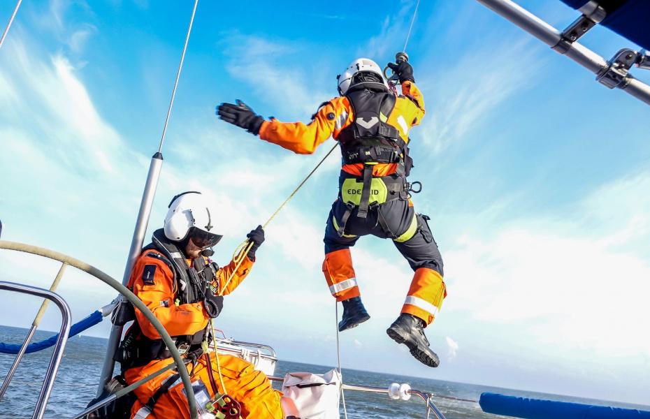 Der Hubschrauber der NHC traf als erstes Rettungsmittel bei den beiden havarierten Seglern ein und ließ ihre Medical Crew, bestehend aus Notarzt und HEMS-TC, per Seilwinde ab. (Symbolbild) Foto: NHC