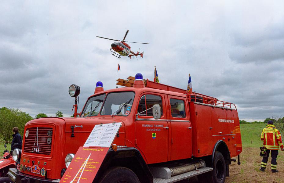 """Viel zu sehen gab es beim diesjährigen Helfertag in Bordesholm. Auch """"Christoph 42"""" der DRF Luftrettung war vor Ort. Foto: Michael Slogsnat."""