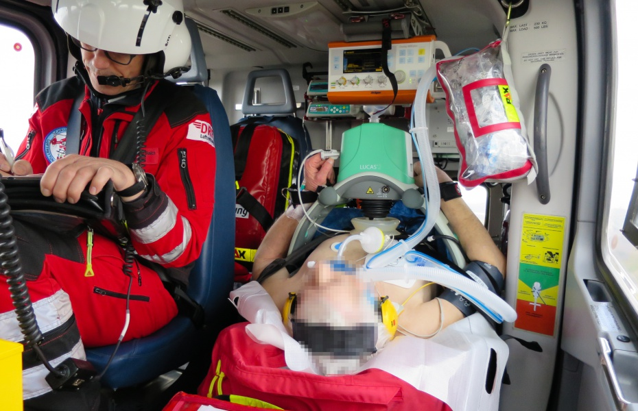 Lebensgefahr durch Hirnblutung - Der Patient wurde schnellstmöglich in das Werner Forßmann Krankenhaus in Eberswalde geflogen. Zum Einsatz kam dabei eine mechanische Reanimationshilfe.