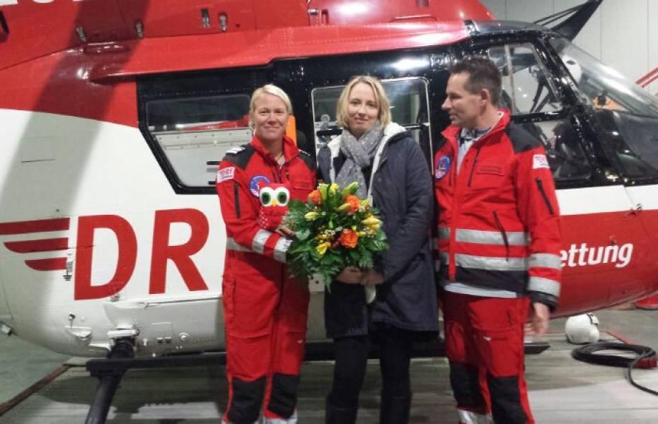 Carmen Bockfeld beim Besuch der Station Bremen, wo sie von Pilotin Adriana Langer und Rettungsassistent Torsten Freitag herzlich empfangen wurde.