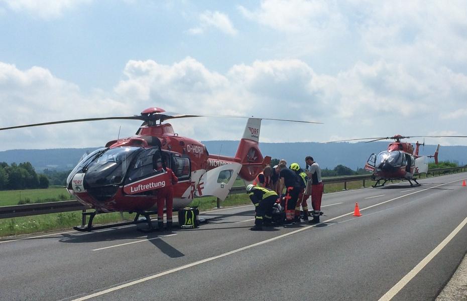 Beide Piloten konnten direkt bei der Unfallstelle landen, sodass die Notärzte und Notfallsanitäter der DRF Luftrettung die Verletzten schnell erreichten.