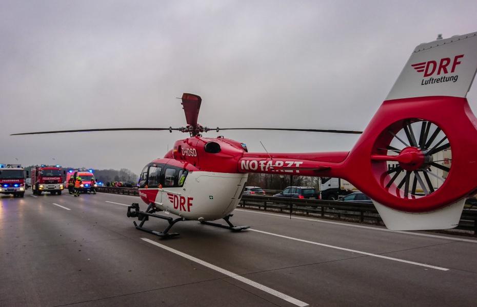 Der rot-weiße Hubschrauber aus Berlin landet nur wenige Flugminuten entfernt auf der A10.