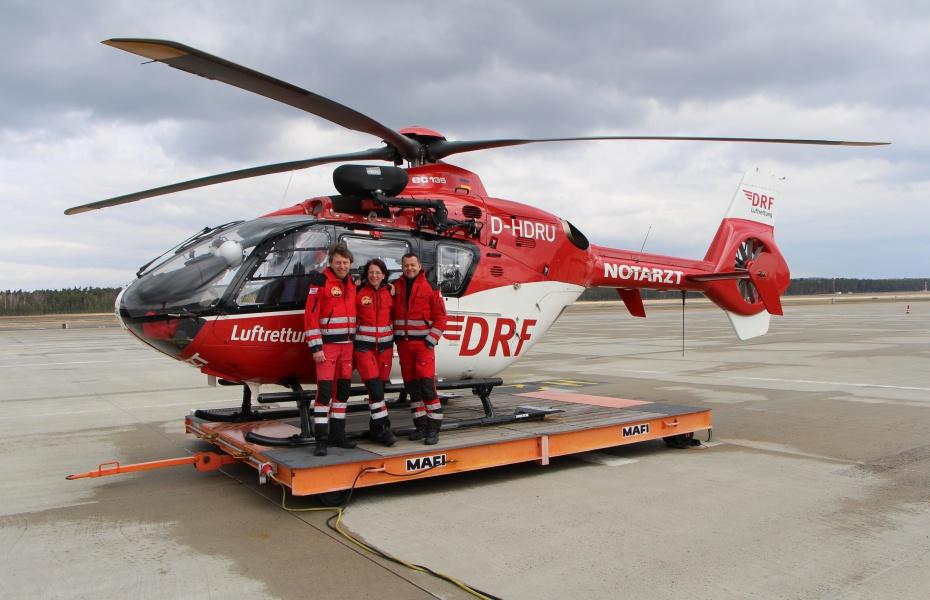 (v.l.) Pilot Werner Iberler, Notärztin Dr. Beate Becher sowie Notfallsanitäter Markus Lederer freuen sich über das 20-jährige Jubiläum.