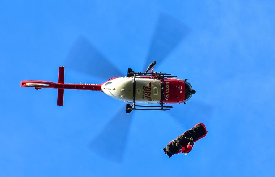 Mit Bergesack und 90 Meter langer Seilwinde kann die Besatzung von Christoph 62 Patienten aus schwer zugänglichem Gelände retten.