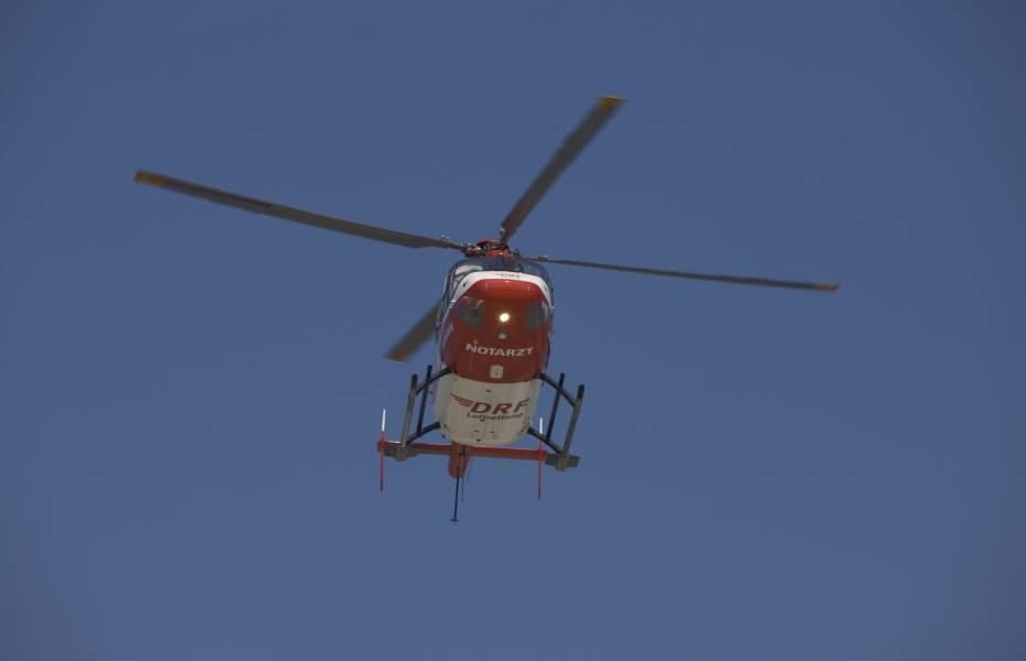 Rettungshubschrauber der DRF Luftrettung auf dem Flug zu einem Einsatz. (Symbolbild)