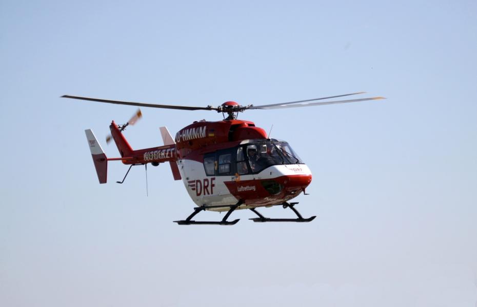Schwerer Unfall auf der A20. Die Besatzung von Christoph 47 ist innerhalb kürzester Zeit vor Ort, um den schwerverletzen Fahrer in eine Klinik zu fliegen. Symbolbild.
