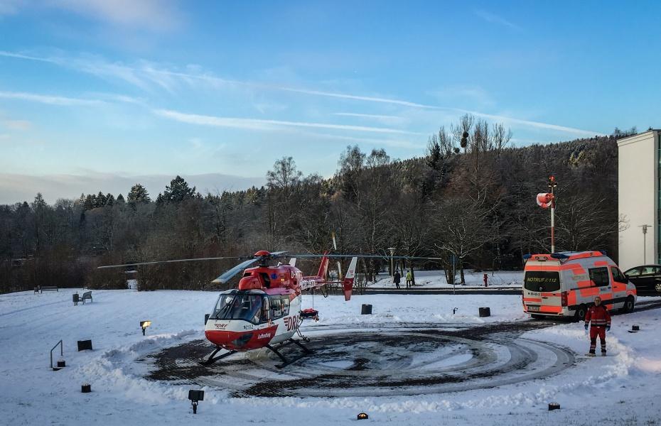 Noch in Göttingen wurden die Bremer Luftretter alarmiert, um eine Frau, die eine Hirnblutung erlitten hatte, aus dem St. Bernward Krankenhaus Hildesheim in die Asklepios Kliniken Schildautal in Seesen zu transportieren.