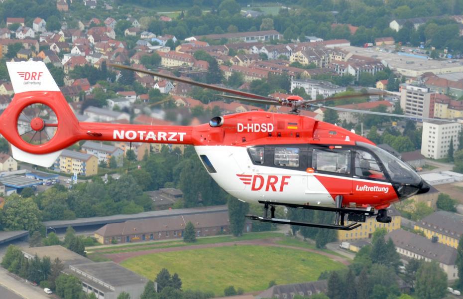 Auf dem Weg zum Einsatz: Christoph Regensburg der DRF Luftrettung. Kürzlich benötigte ein lebensgefährlich verletzter die schnelle Hilfe der Luftretter. Symbolbild.