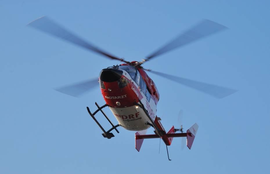 Eine Frau erleidet einen Herzinfarkt, doch sie ignoriert die ärztliche Einweisung ins Krankenhaus. Einen Tag später ist der rot-weiße Hubschrauber der DRF Luftrettung aus Dortmund ihre letzte Überlebenschance.