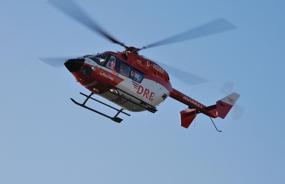 Die Besatzung von Christoph Dortmund konnte direkt neben der Unfallstelle landen und war so schnell beim Verletzten. Symbolbild.
