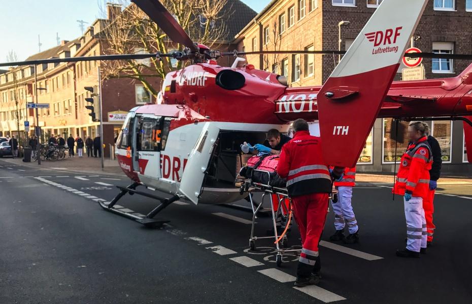 Nach der notärztlichen Versorgung vor Ort fliegt die Dortmunder Besatzung der DRF Luftrettung den Schwerverletzten in eine Klinik.