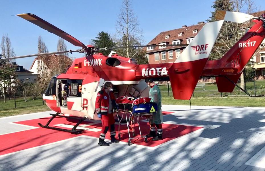 Kürzlich wurde Christoph Dortmund der DRF Luftrettung, ausgestattet wie eine fliegende Intensivstation, zu einem dringenden Transport eines Patienten mit einer lebensbedrohlichen Hirnhautentzündung alarmiert.