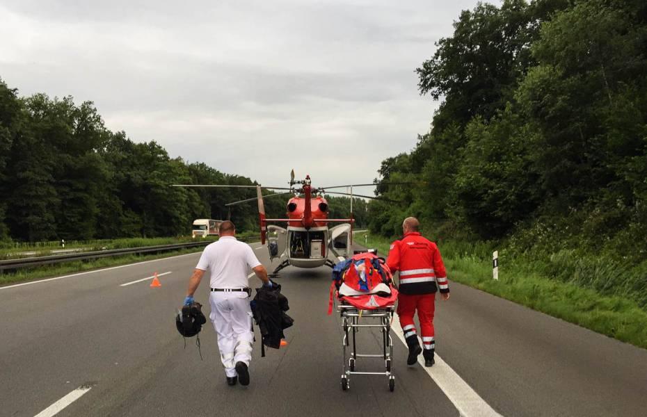 Die Patientin wird auf der Trage zum Hubschrauber gebracht.