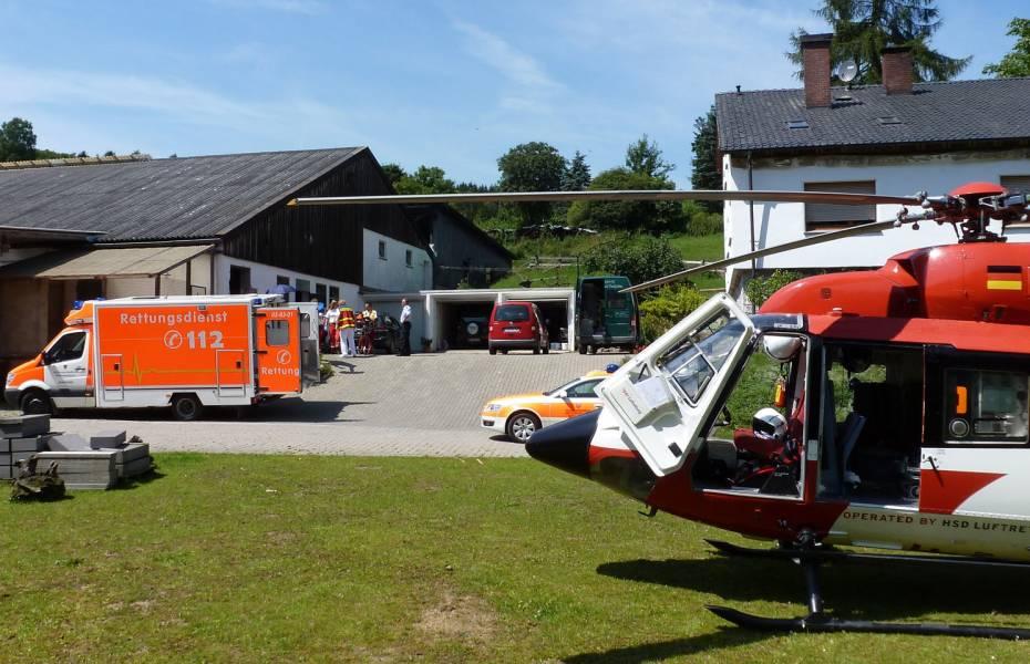Der begeisterte Hubschrauberfan Tobias Huhnold lässt sich von der Besatzung den Hubschrauber erklären.