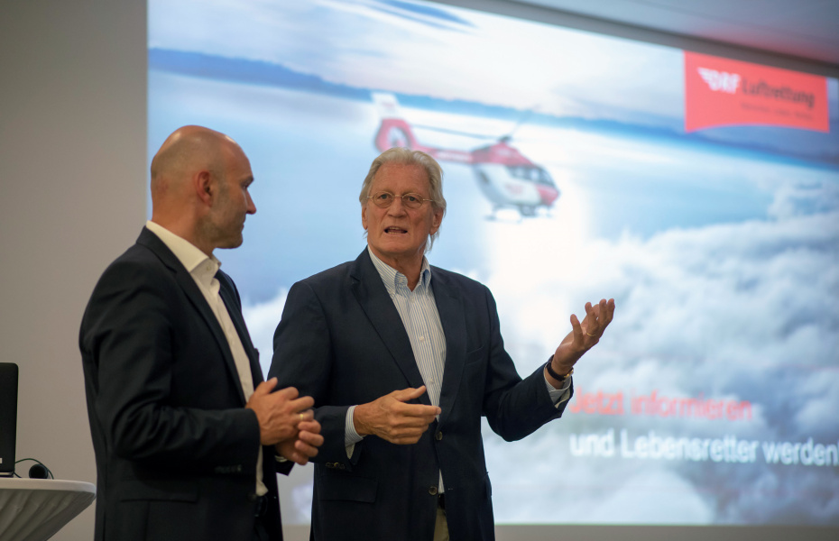 Dr. Krystian Pracz und Helmut Nanz bei der Begrüßung (Foto: DRF Luftrettung_Oskar Eyb)
