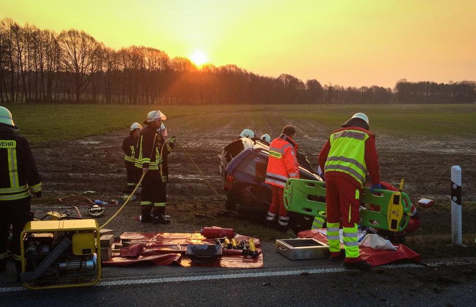 Frontaler Zusammenstoß am Morgen auf einer Landstraße: Einer der Verletzten schweb in Lebensgefahr.