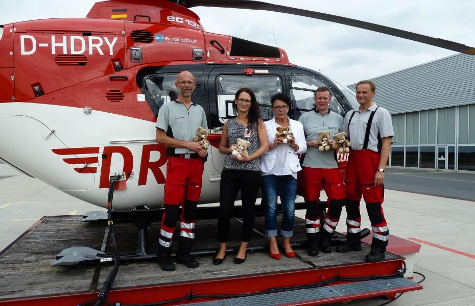 Bärenübergabe am Hubschrauber. Der Besatzung von Christoph 38 erleichtern die Kuscheltiere die Arbeit, denn sie helfen, Kindern die Angst zu nehmen.