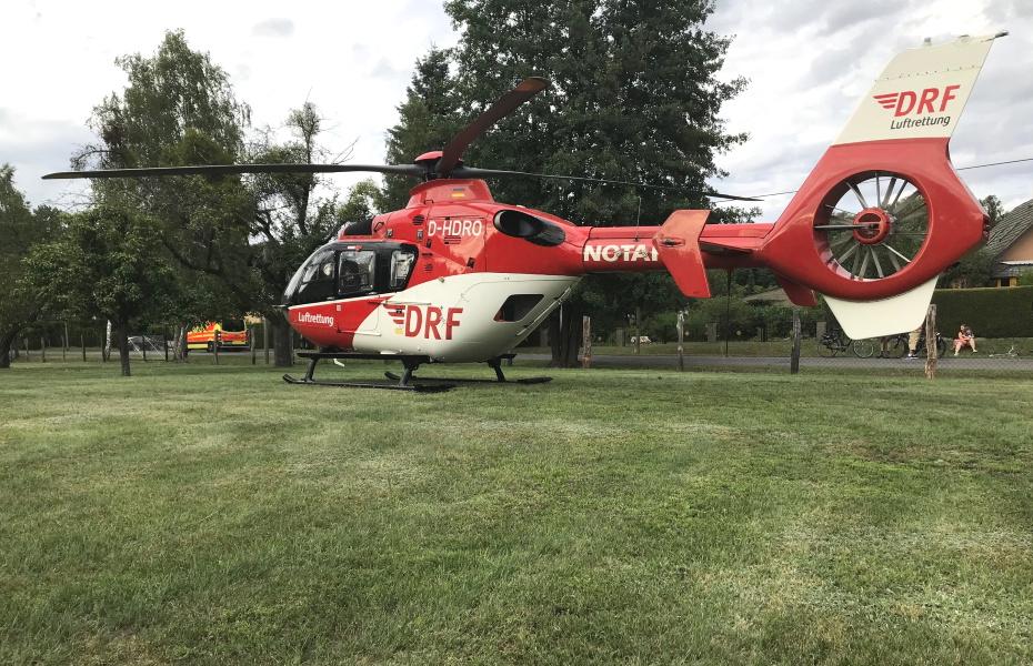 Das Team aus Angermünde landet nach zehn Minuten am Einsatzort und kümmert sich sofort um den Patienten.