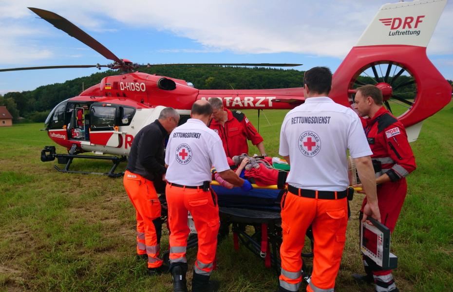 Die Rettung erfolgt mit einem Spine-Board, einer harten Unterlage, mit der Verletzte immobilisiert und stabilisiert werden können.