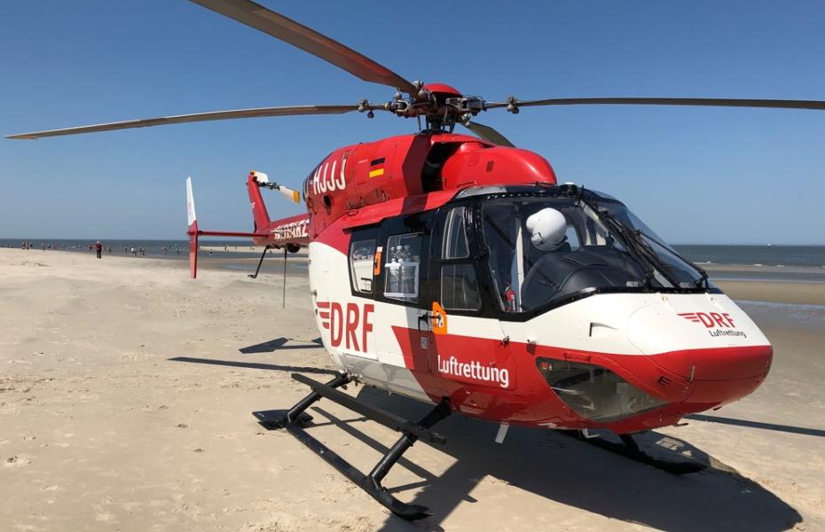 Am Strand der Insel Langeoog versorgt das Bremer Team der DRF Luftrettung einen Mann mit Schmerzen in der Brust.