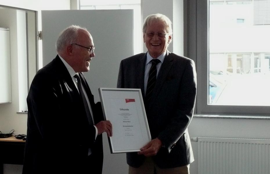 Dr. h.c. Rudolf Böhmler (links), Präsident des DRF e.V., gratuliert Helmut Nanz zur Ernennung zum Ehrenpräsidenten des DRF e.V..