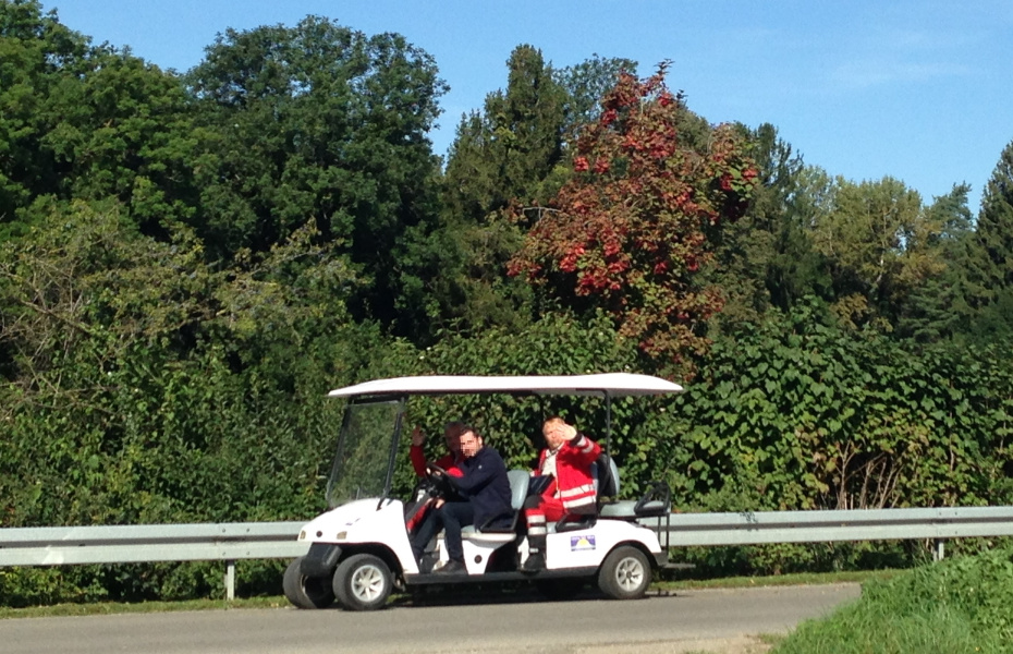 Mit einem elektrischen Golfwagen legt die medizinische Crew von Christoph 45 die letzten Meter zur Patientin zurück.