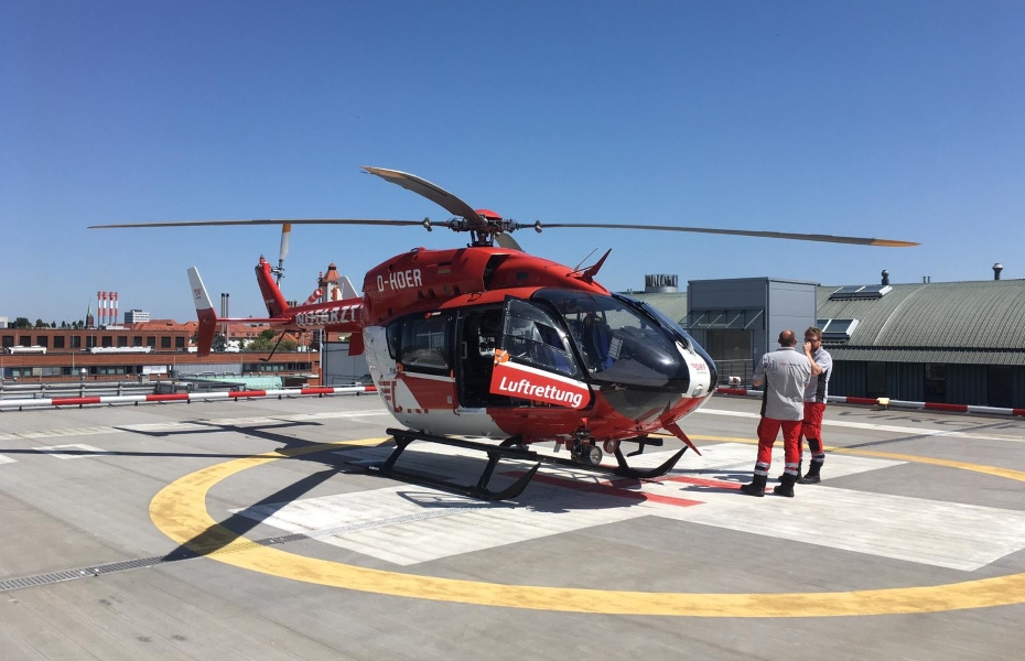 Christoph 47 der DRF Luftrettung steht auf dem Dach des Virchow-Klinikums in Berlin