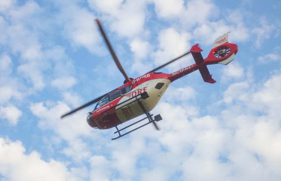 Die Crew der DRF Luftrettung sucht von oben nach dem verunglückten Gleitschirmpilot und ortet so den genauen Unfallort (Symbolbild).