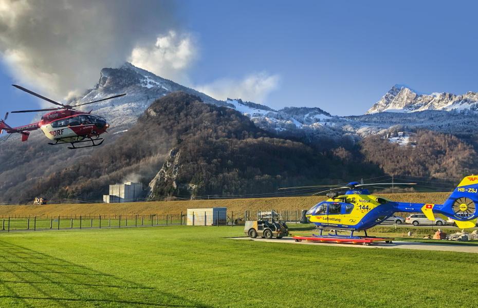 Christoph 51 im Anflug zur Landung neben Christoph Liechtenstein.