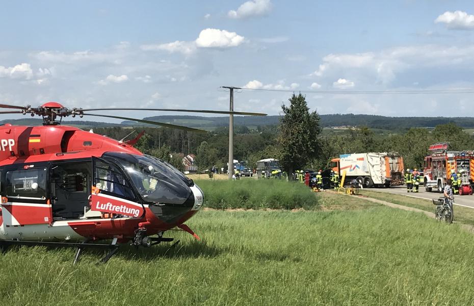Feuerwehr, DRK, Polizei und das Stuttgarter Team der DRF Luftrettung arbeiten vor Ort Hand in Hand.