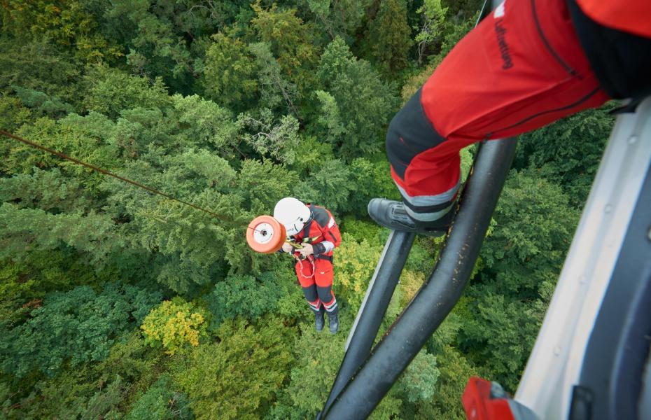 Dank der Rettungswinde konnte der verletzte Kletterer schnell und schonend gerettet und in eine Klinik geflogen werden. Symbolbild.