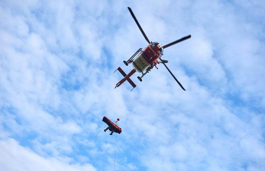 Erst wird der Verletzte in einen sogennanten Bergesack gepackt, dann an der Winde zum Hubschrauber hochgezogen. Symbolbild.
