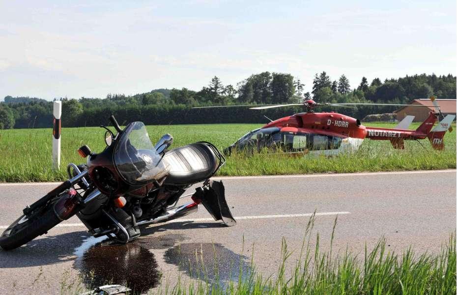 Ein Hubschrauber der DRF Luftrettung im Einsatz bei einem Motorradunfall.