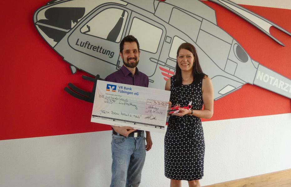 Übergabe vor Hubschrauber: Corinna Roller, Stellvertretende Leiterin des DRF e.V., erhält den Spendenscheck.