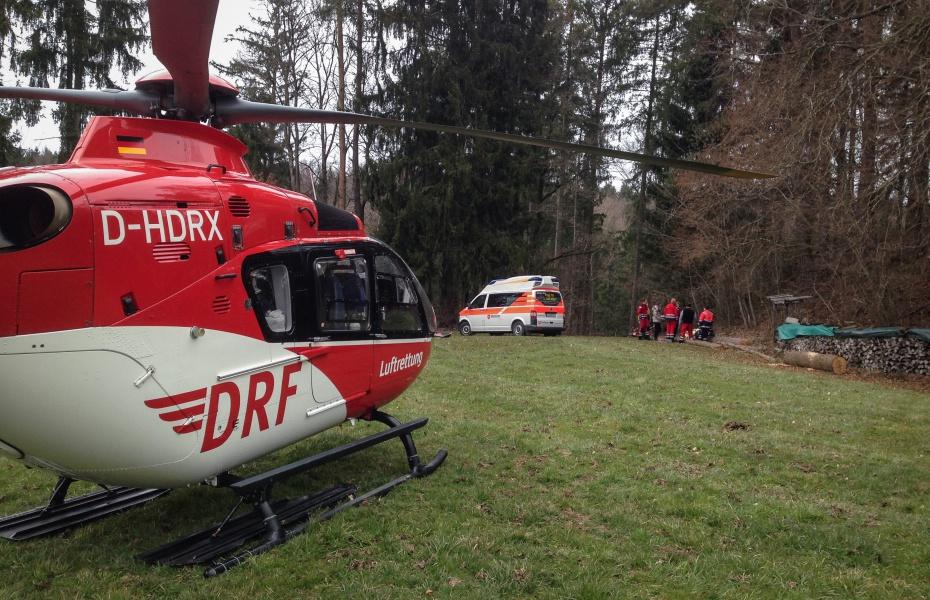 Schnelle Hilfe brachte kürzlich Christoph 45 einem Jugendlichen, der bei Waldarbeiten von einem Baumstamm schwer verletzt worden war.