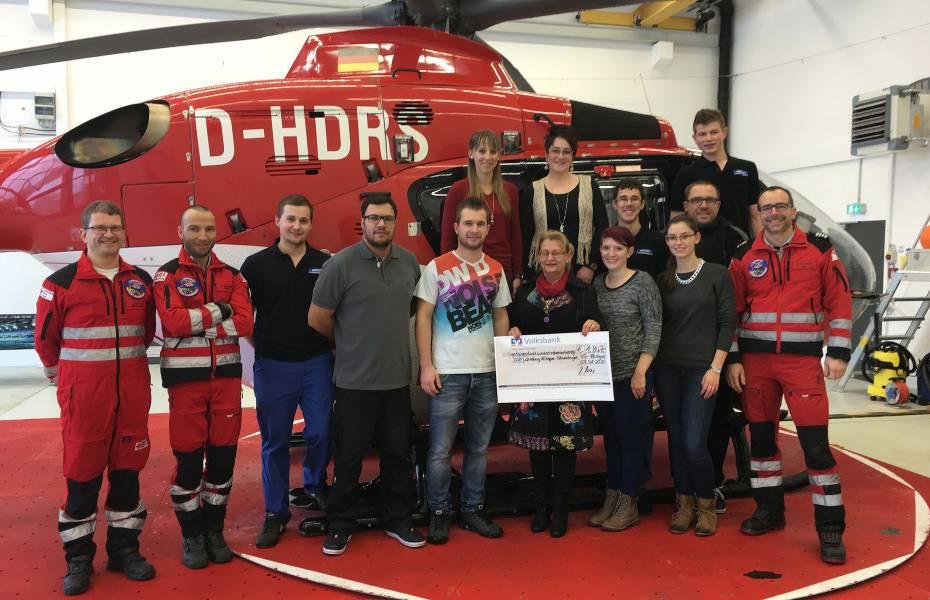Besatzung von Christoph 11 der DRF Luftrettung und die Mitarbeiter der Firma Meder bei der Scheckübergabe.