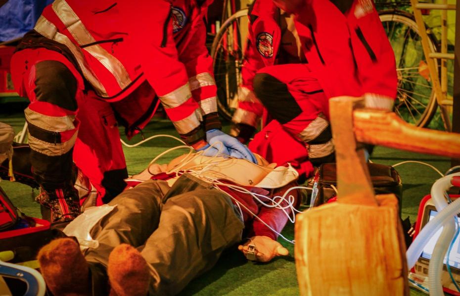 In der täuschend echt gestalteter Umgebung im SiTZ des DRK und mit einer Puppe, die spricht, üben Besatzungsmitglieder von Christoph Niedersachsen und Christoph 44 den Ernstfall.