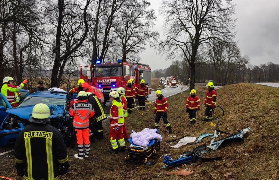 Die medizinische Besatzung von Christoph 47 – Notarzt und Notfallsanitäter – erreichen innerhalb von wenigen Minuten nach der Alarmierung die verletzte Frau.
