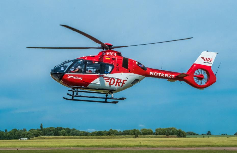 Kurz nachdem der Alarm die DRF Luftrettung in Halle erreicht hatte, konnte der Pilot die H 135 schon am Unfallort aufsetzen. Notarzt und Notfallsanitäterin begannen unverzüglich mit der Versorgung der Verletzten. Symbolbild.
