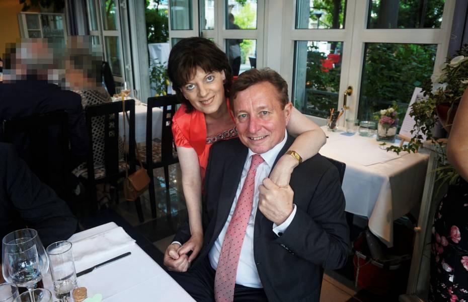 Überglücklich feiert Hans Götz zusammen mit seiner Frau den 29. Hochzeitstag.