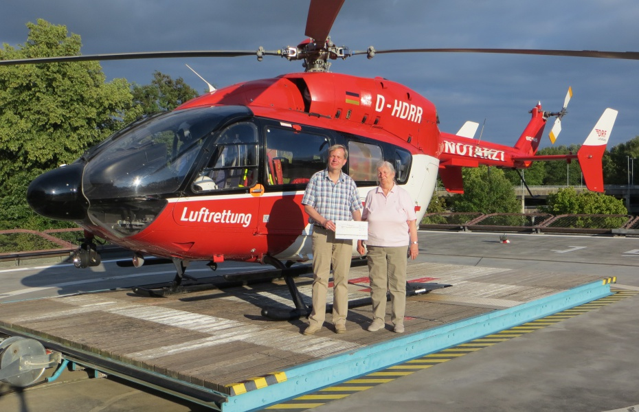 Matthias und Elke Röhe besuchen die Rendsburger Station der DRF Luftrettung und überreichen einen Scheck.