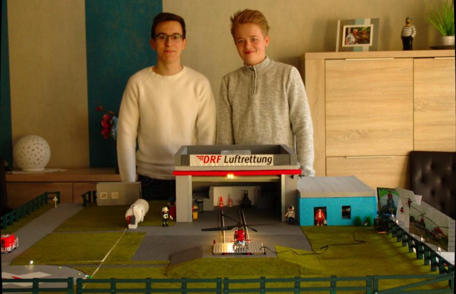 Voller Stolz vor ihrem Modell der Station der DRF Luftrettung in Niebüll : Jannik (li.) und Pascal (re.) von der Gemeinschaftsschule Niebüll.