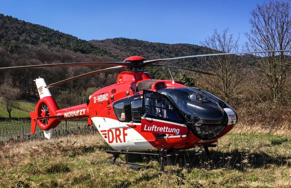 Nach einem epileptischen Anfall ist die schnelle medizinische Hilfe der Karlsruher Luftretter gefragt. Das Ziel: Ein Ausflugslokal im Pfälzer Wald.