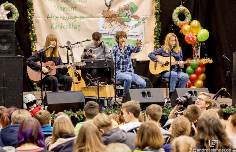 """Am Nikolaustag war es wieder soweit: Das diesjährige Kinderklinikkonzert fand statt. In diesem Jahr spielte die Band """"Tonbandgerät"""" aus Hamburg für die Kinder des Klinikums Magdeburg. Foto Andreas Lander."""