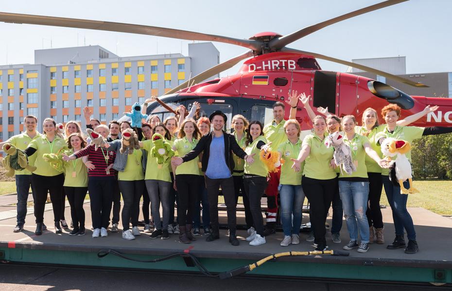 """Das Team des Kinderklinikkonzerte e.V war überglücklich über den Auftritt von Johannes Oerding. Im Hintergrund: """"Christoph 36"""" - Foto: Andreas Lander"""