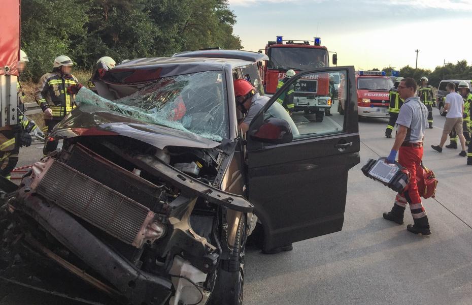 Bei einer Kollision auf der A5 zwischen einem PKW und einem LKW wurde eine Frau so schwer verletzt, dass sie an Bord von Christoph 53 in eine Spezialklinik geflogen werden musste.